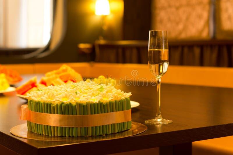 Agglutini con verde e la decorazione dell'oro con champagne fotografia stock libera da diritti