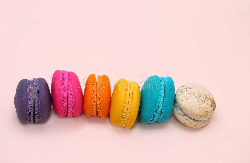 Agglutini il macaron o il maccherone su fondo rosa da sopra, variopinto fotografia stock libera da diritti