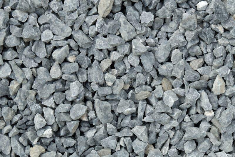 Aggregat-/grusmodell - en hög av grova gråa stenar som är krossad på en stengrop arkivfoton