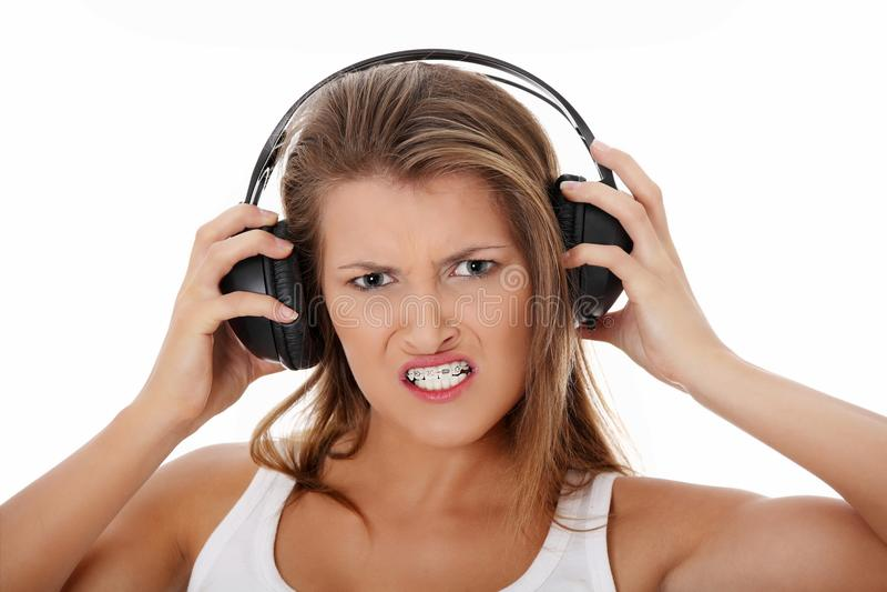 aggressi emocjonalnej dziewczyny słuchający portret nastoletni fotografia stock