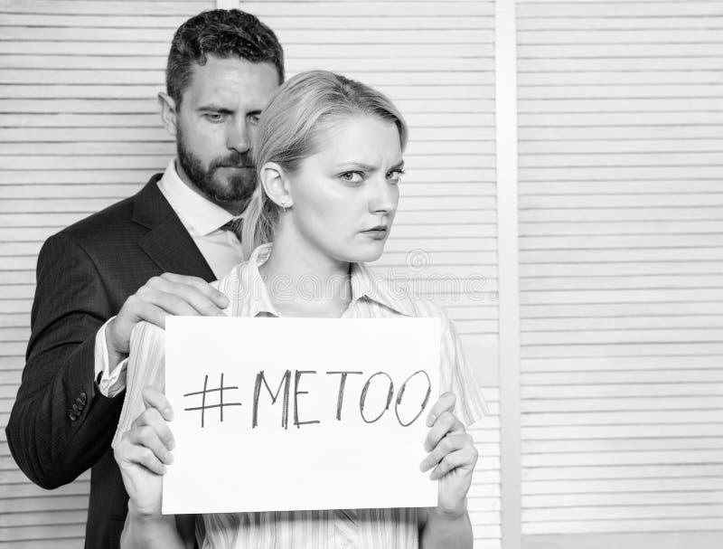 Aggressione sessuale e molestie nel luogo di lavoro Donna che mi mostra ad una nota con il testo anche Molestia sessuale all'uffi immagini stock