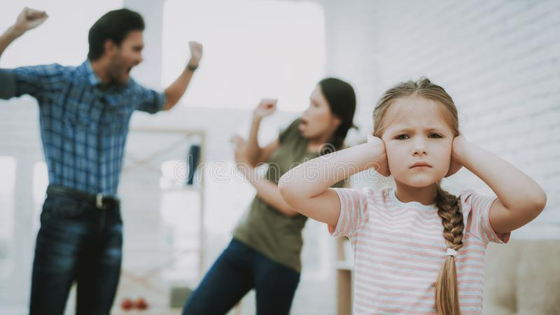 Aggressiv fader Screams Mother och olyckligt barn royaltyfri fotografi