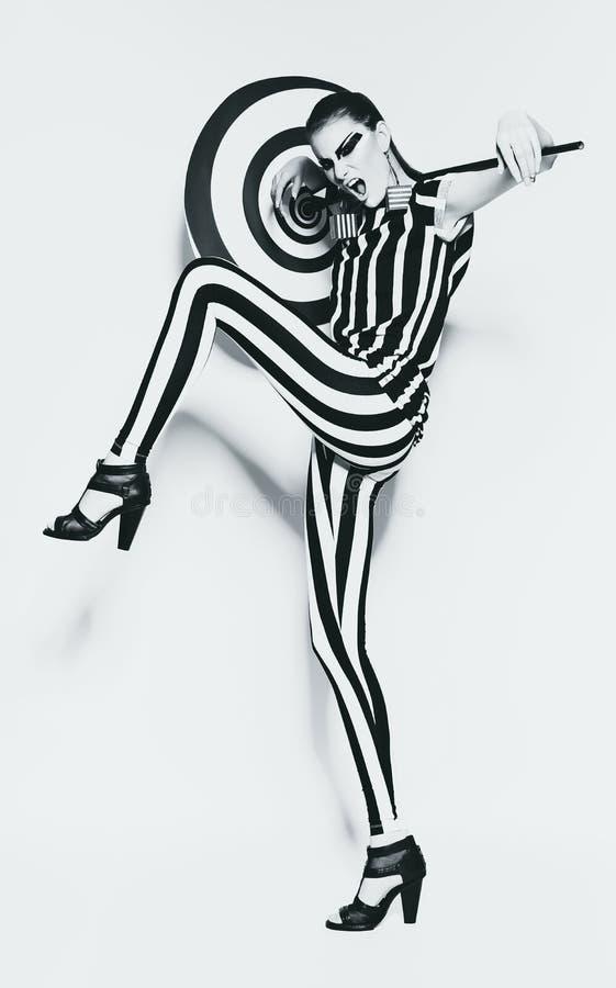 Aggressiv kvinna i randig damasker och överkant arkivfoton