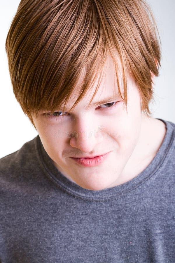 Aggressiv rödhårig tonåring royaltyfri bild