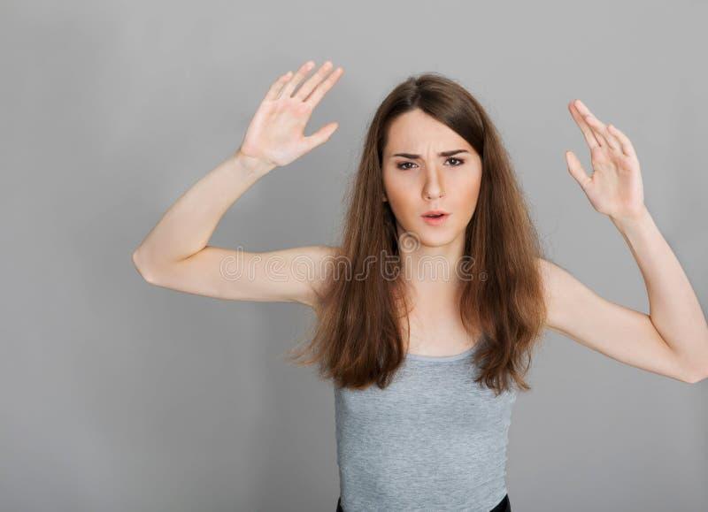 Aggressiv tonårs- flicka med händer upp fotografering för bildbyråer