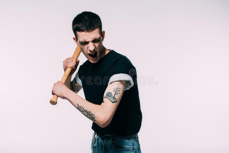 Aggressiv ung man med baseballslagträet royaltyfria bilder