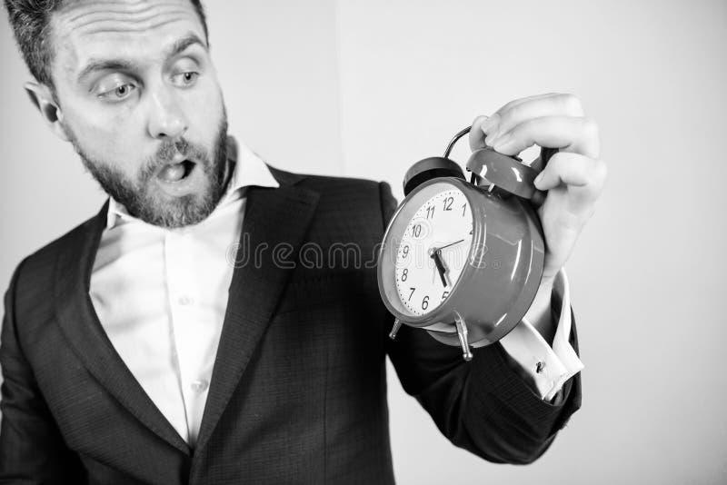 Aggressiv ung man Mogen man med att undra Aff?rsmannen har brist av tid Tid ledningexpertis Hur mycket tid l?mnade brukar arkivbilder