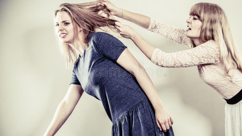 Aggressiva tokiga kvinnor som slåss sig fotografering för bildbyråer