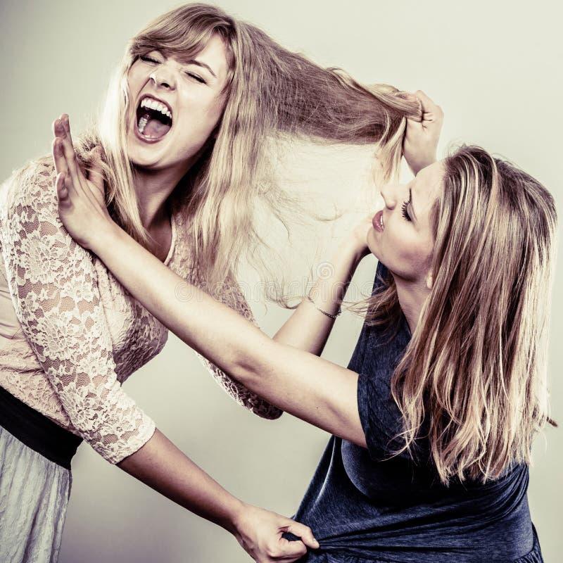 Aggressiva tokiga kvinnor som slåss sig arkivfoton