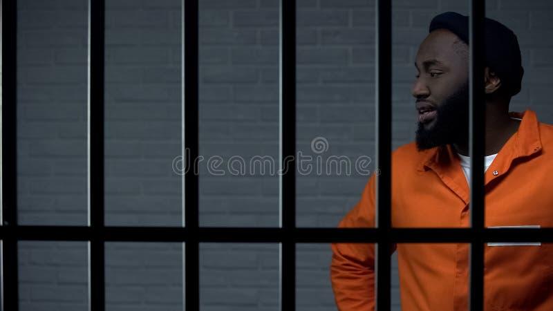 Aggressiver afro-amerikanischer Gefangener unter Ausschluss der Öffentlichkeit, lebenslängliche Haftstrafe, gefährliche lizenzfreies stockfoto