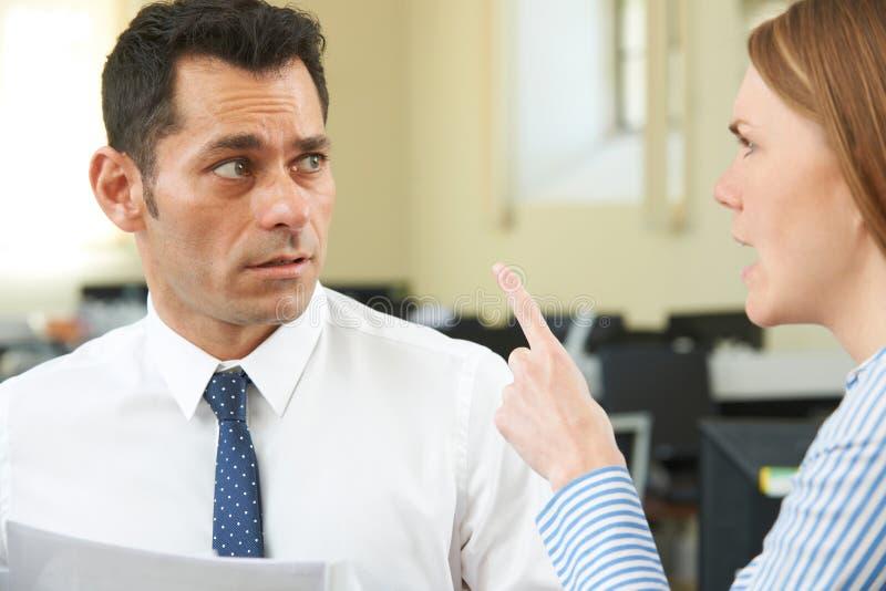 Aggressiver Geschäftsfrau-Shouting At Male-Kollege lizenzfreie stockfotografie