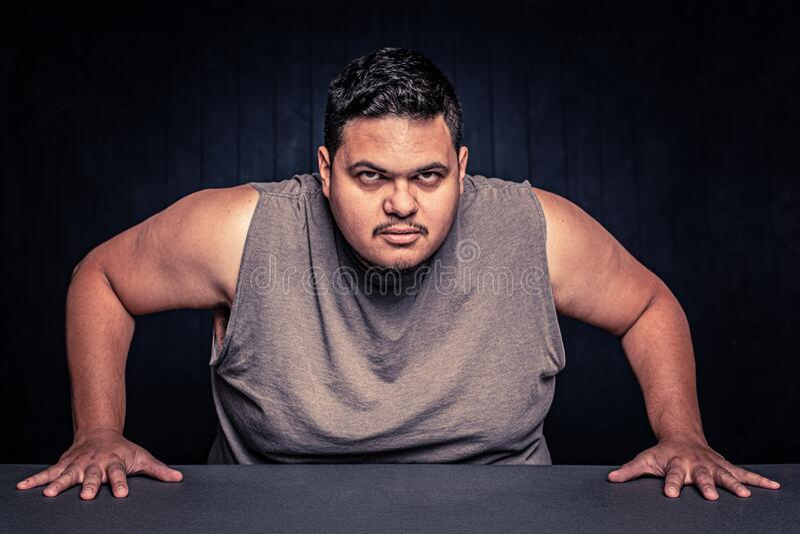 Aggressiver Latino Man sieht Kamera an stockbild