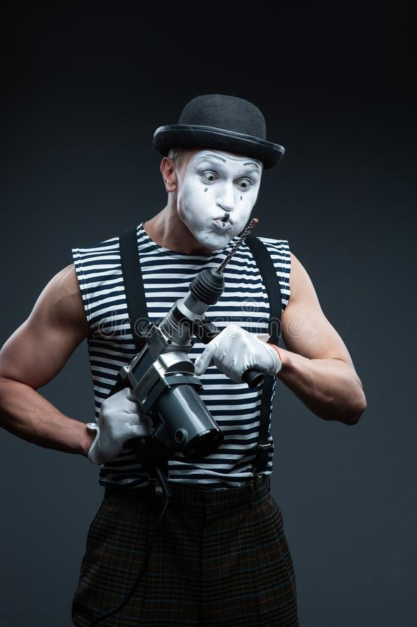 Aggressiver Pantomimeholding Puncher lizenzfreie stockfotos