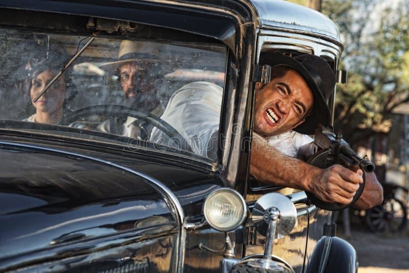 Aggressives Gangster-Schießen vom Auto stockfotos