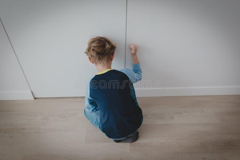 Aggressivt utmattat barn, spänning och fördjupning, autism royaltyfria foton