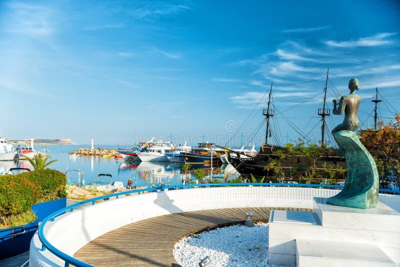 agia塞浦路斯napa 美人鱼雕象在港口 免版税图库摄影