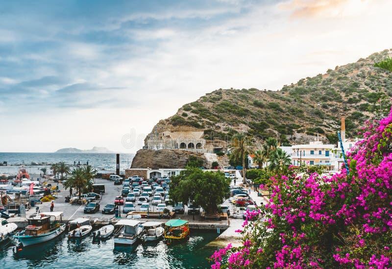 Agia Galini, Крит, Греция - август 2018: рыбацкие лодки в гавани galini agia на южном береге Крита, Греции стоковая фотография