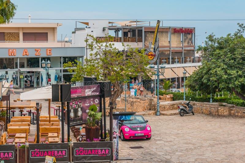 Agia Napa, Zypern - 02 02 2018: eine bunte Szene auf der Straße der Urlaubsstadt Ansicht des Hard Rock Cafe lizenzfreie stockfotografie