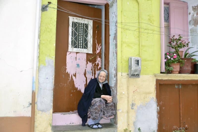 Agiassos Lesvos October21 2015 Grecka kobieta siedzi przed jej domem w typowej Greckiej wiosce obraz stock