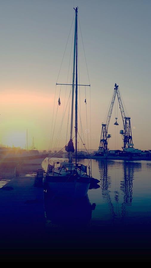 Żagiel łódź w wschodzie słońca obraz stock