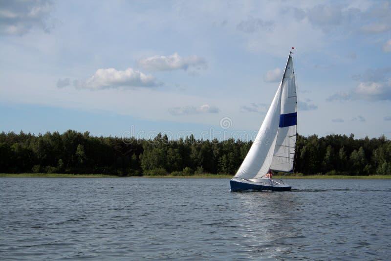 Download żagiel lake obraz stock. Obraz złożonej z łódź, nautyczny - 930181
