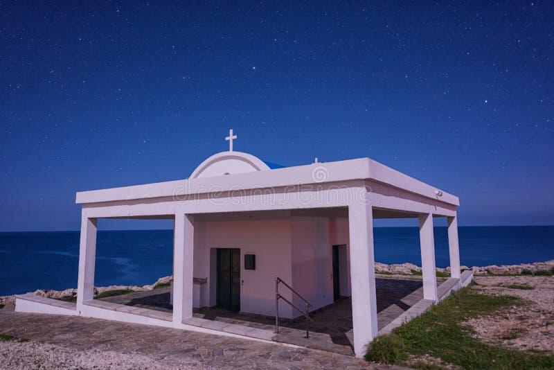 Agioi Anargiroi教会在晚上,Cavo格雷科,塞浦路斯 免版税库存照片