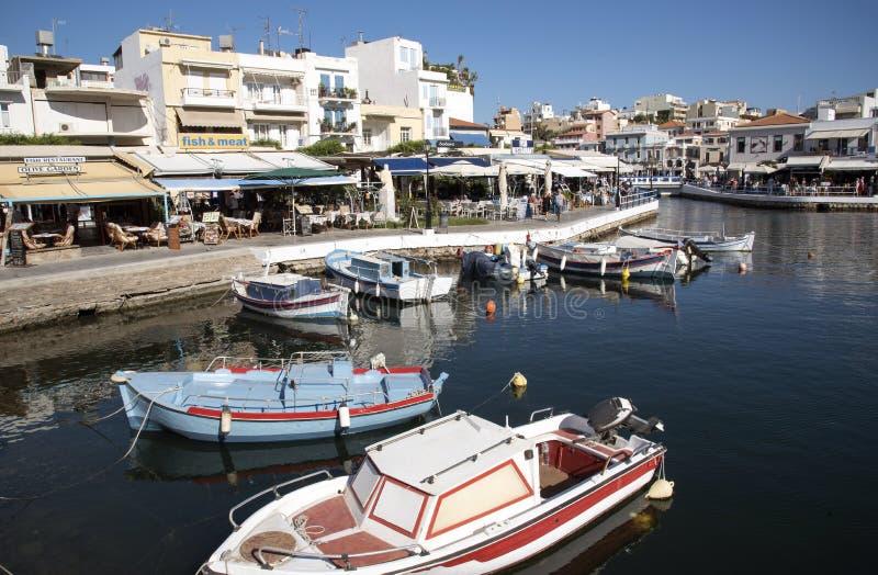 Agios Nicolaos, Creta restaurantes e cafés em torno da área interna da lagoa fotografia de stock