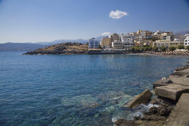 Agios Nikolaos é uma cidade popular do turista na Creta Praia, hotéis e atrações turísticas na cidade Grego bonito fotografia de stock royalty free