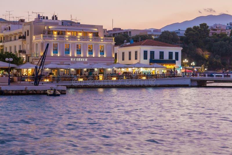 AGIOS NIKOLAOS, CRETA - 28 DE JULHO DE 2012: A rua vívida da noite imagem de stock royalty free