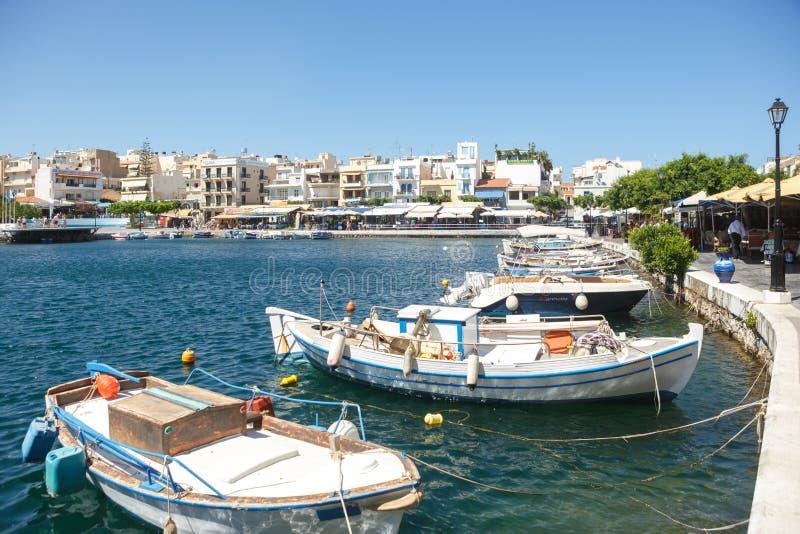 AGIOS NIKOLAOS, CRETA, GR?CIA - 4 DE JULHO DE 2014: Barcos amarrados na margem uma parte central da cidade Agios Nikolaos ?gios fotografia de stock royalty free