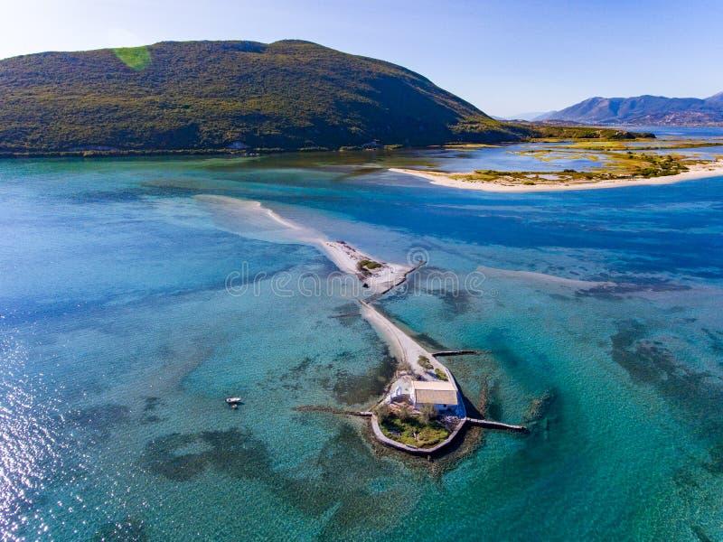 Agios Nikolaos-eiland dichtbij de Stad van Lefkada in het Eiland van Griekenland Ioanian stock afbeeldingen