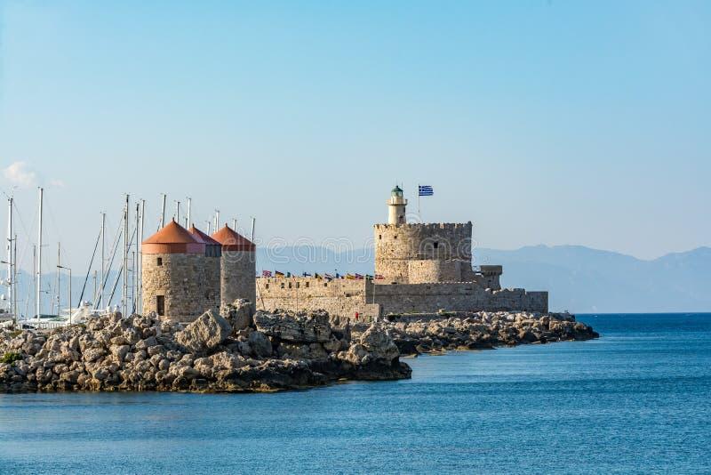 Agios Nikolaos Fortress en molens, de oude stad van Rhodos, Griekenland stock foto