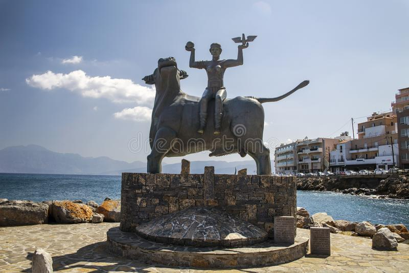 Agios Nikolaos/Grecia - 27 de septiembre de 2018: La estatua de Europa se está sentando en un toro Escultura de Europa, madre de  foto de archivo