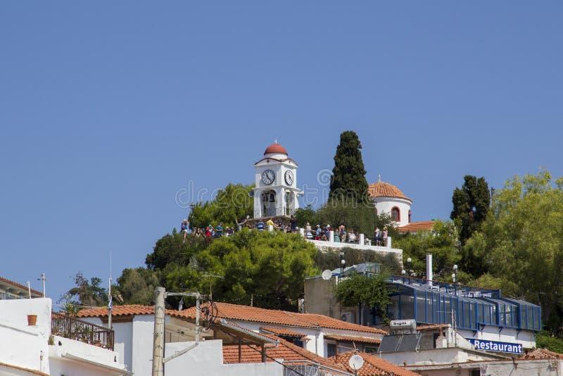 Agios Nikolaos kościół i Zegarowy wierza widzieć od schronienia, Skiathos miasteczko, Grecja, Sierpień 18, obrazy stock