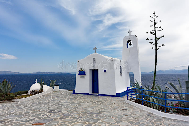Agios Nikolaos Small White Church Rafina, Grekland royaltyfri bild