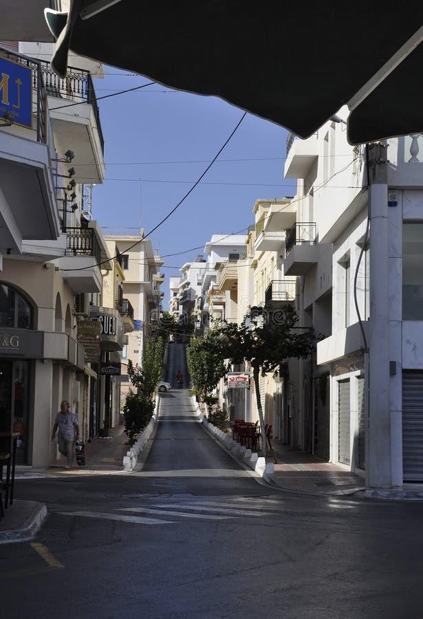 Agios Nikolaos, 31st august: Wąska ulica z rzędem Historyczni budynki od malowniczego Agios Nikolaos na Crete wyspie fotografia royalty free