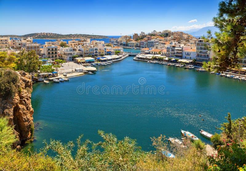 Agios Nikolaos y lago Voulismeni en la isla de Creta, Grecia imagenes de archivo
