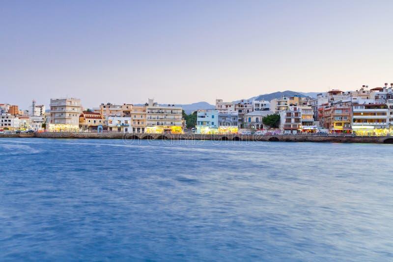 AgiosNikolaos stad på natten på Crete royaltyfria foton