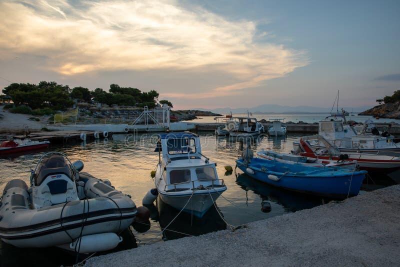 AGISTRI, GRÉCIA - 21 DE JUNHO DE 2019: Botes amarrados no porto de Aponissos na ilha grega de Agistri Apenas sob imagem de stock