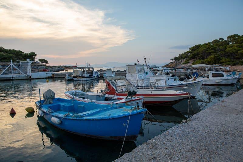 AGISTRI, GRECIA - 21 GIUGNO 2019: Piccole barche attraccate al porto di Aponissos sull'isola greca di Agistri Appena sotto fotografia stock libera da diritti
