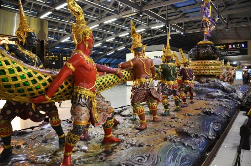 Agitação da escultura do oceano do leite no aeroporto de Suvanabhumi, proibição imagens de stock