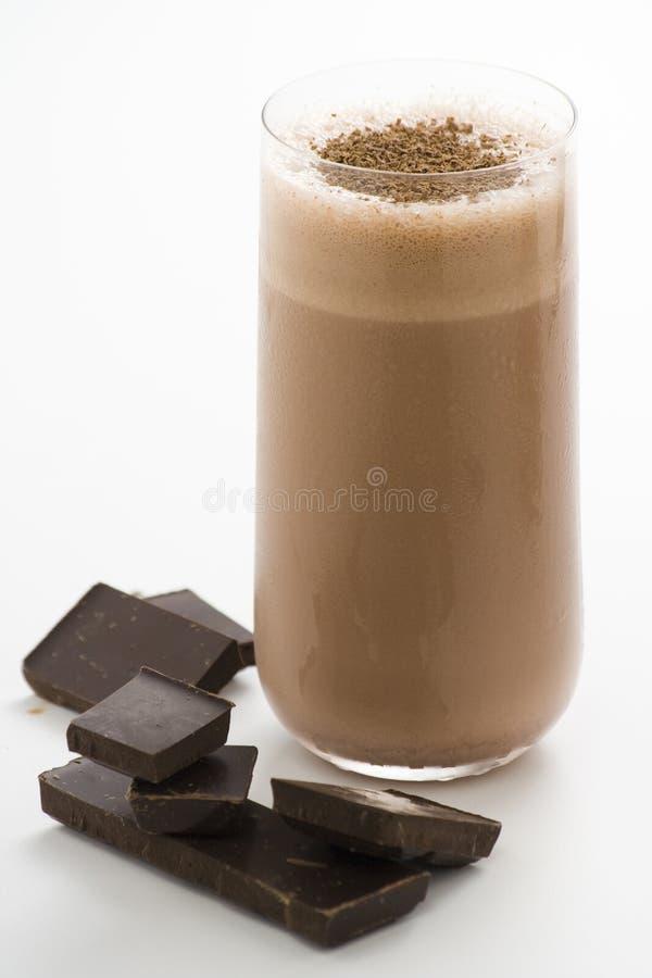 Agitação de chocolate de refrescamento com chocolate Birutes foto de stock