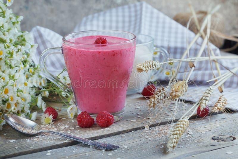 Agitação deliciosa do batido ou de leite da framboesa com bagas frescas f foto de stock royalty free