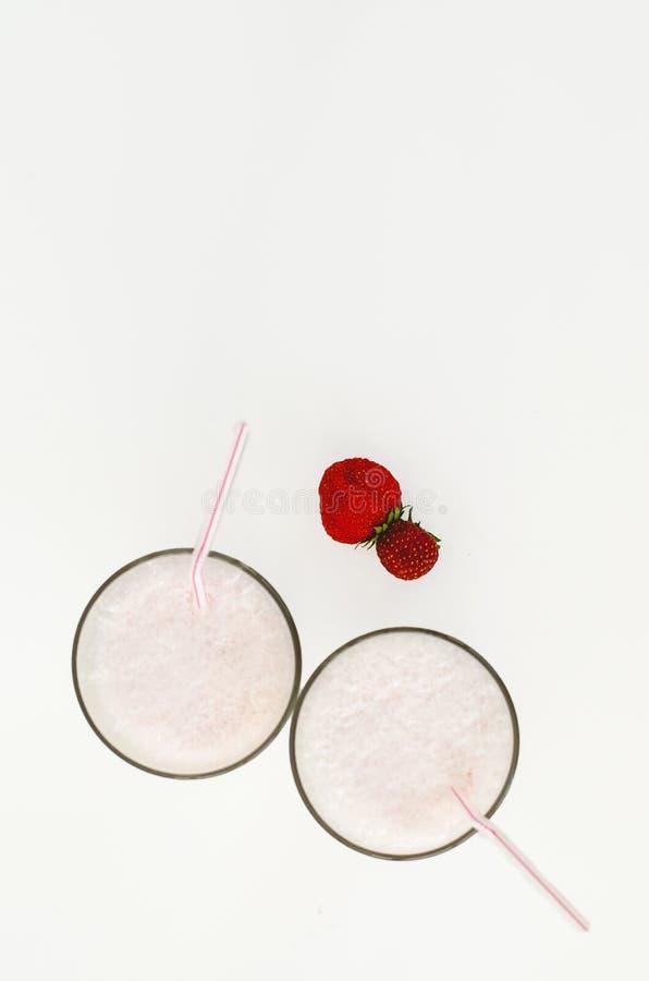 Agitação do cocktail ou de leite da morango em um vidro decorado com as morangos na tabela Alimento saud?vel para o caf? da manh? imagens de stock royalty free