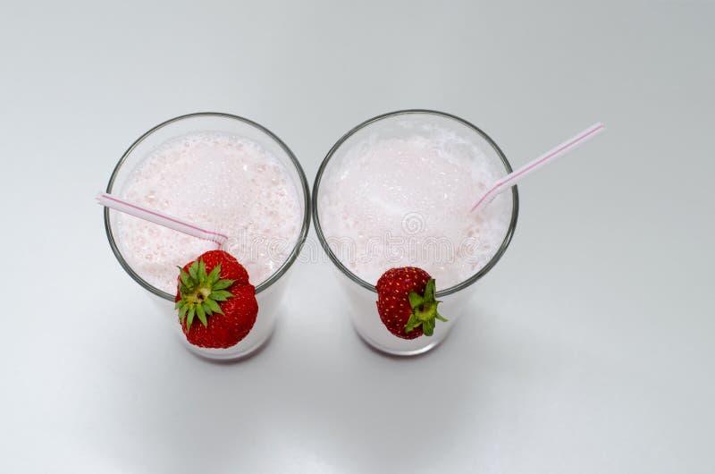 Agitação do cocktail ou de leite da morango em um vidro decorado com as morangos na tabela Alimento saud?vel para o caf? da manh? imagem de stock