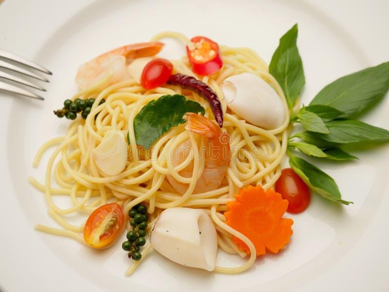 Agitação dos espaguetes fritada com alimento de mar imagem de stock royalty free