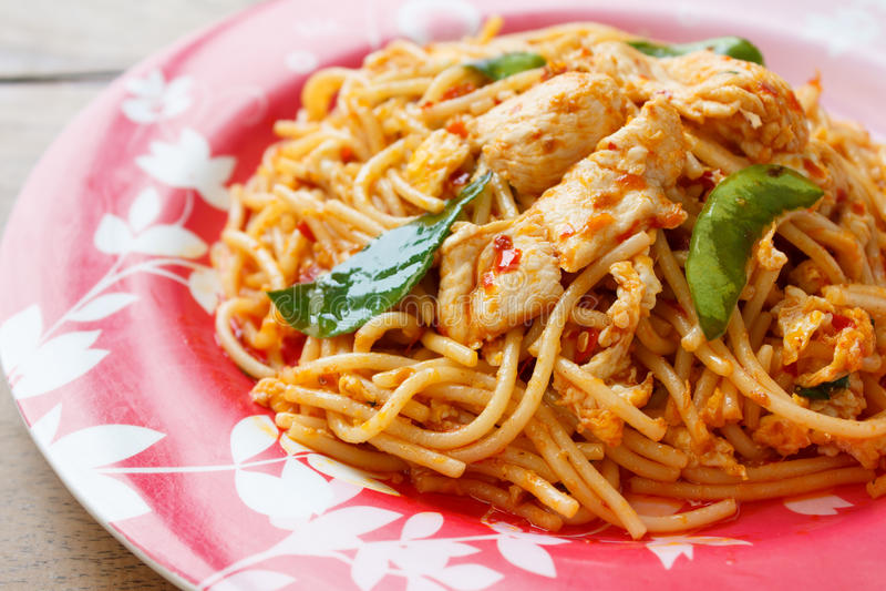 Agitação Fried Spaghetti com a galinha na pasta dos pimentões imagens de stock royalty free