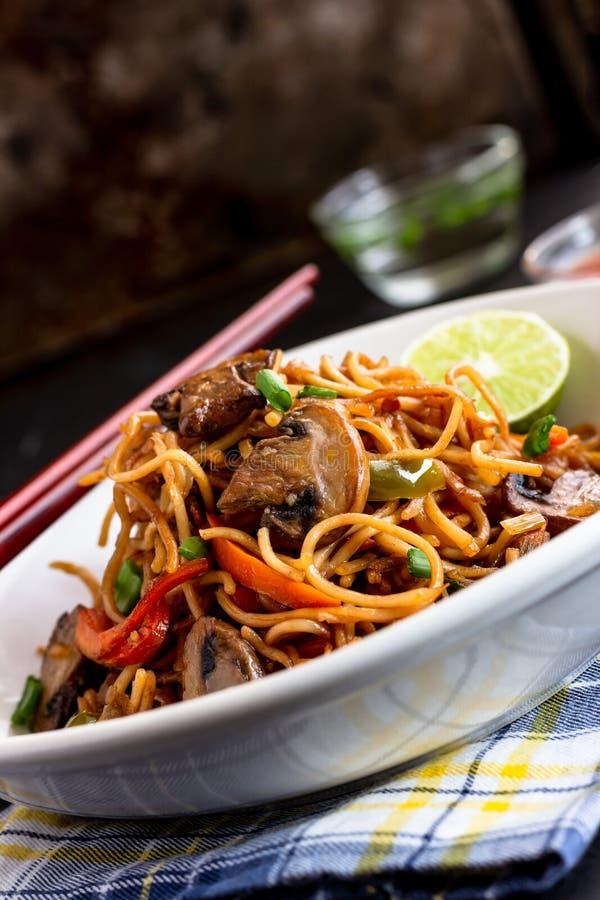 Agitação vegetal Fried Chow Mein imagens de stock royalty free