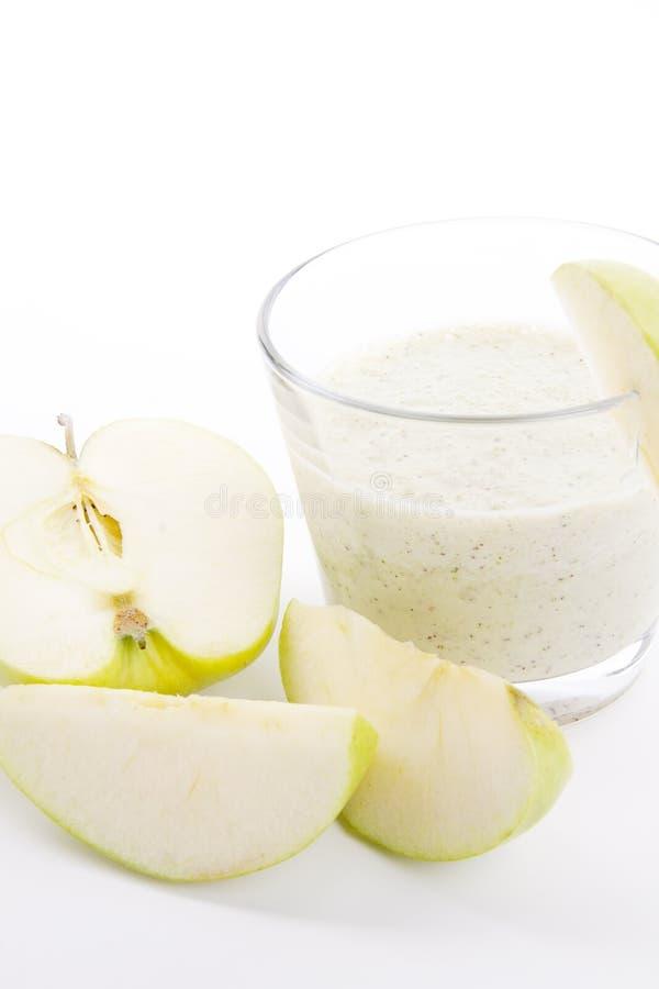Agitação verde fresca do iogurte da maçã isolada fotografia de stock royalty free