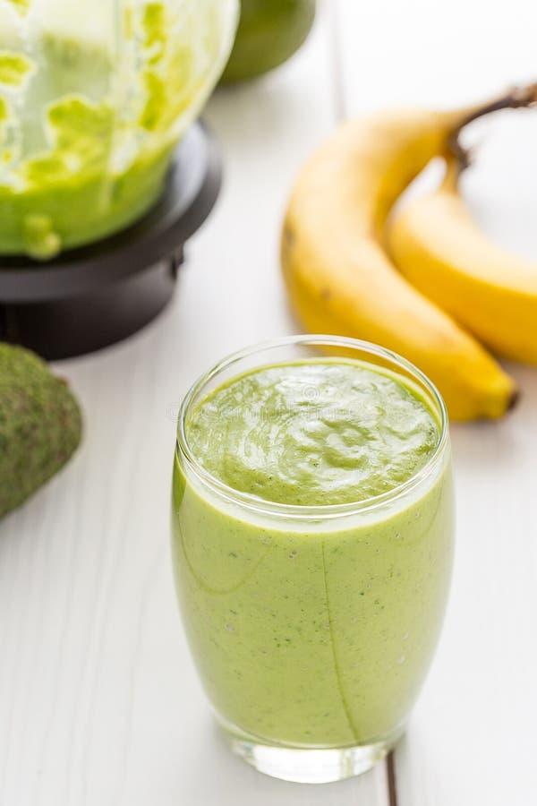Agitação verde saboroso absolutamente surpreendente ou batido do abacate, feita com abacates, a banana, suco de limão e não leite fotografia de stock
